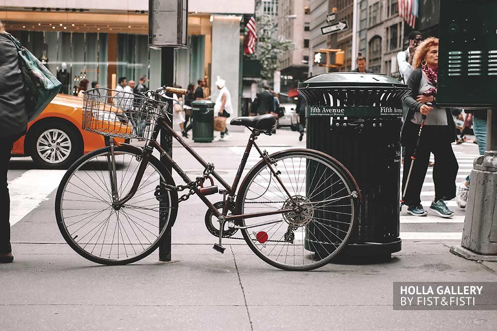 Велосипед у перекрестка в Нью-Йорке на фоне желтого такси. Фотогалерея