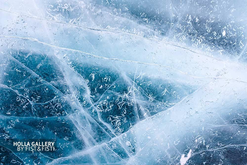 Замерзшее озеро, трещины и узоры во льду Байкала. Бурятия. Плакат для дизайна интерьеров