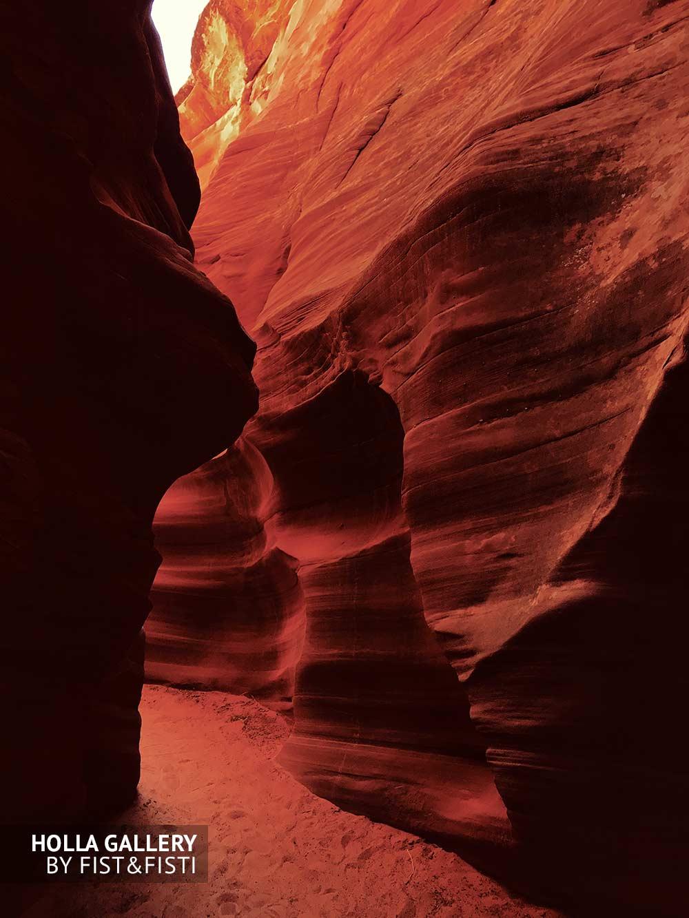 Внутренние проходы в Antelope Canyon. Игра света и тени в природе. Фотография для интерьера